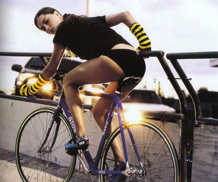 Девушки на велосипедах — фото