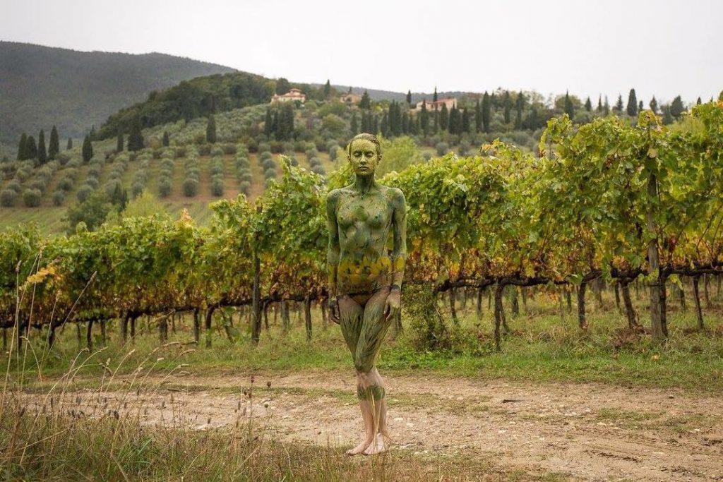 Художник по боди-арту растворяющая моделей в пейзажах