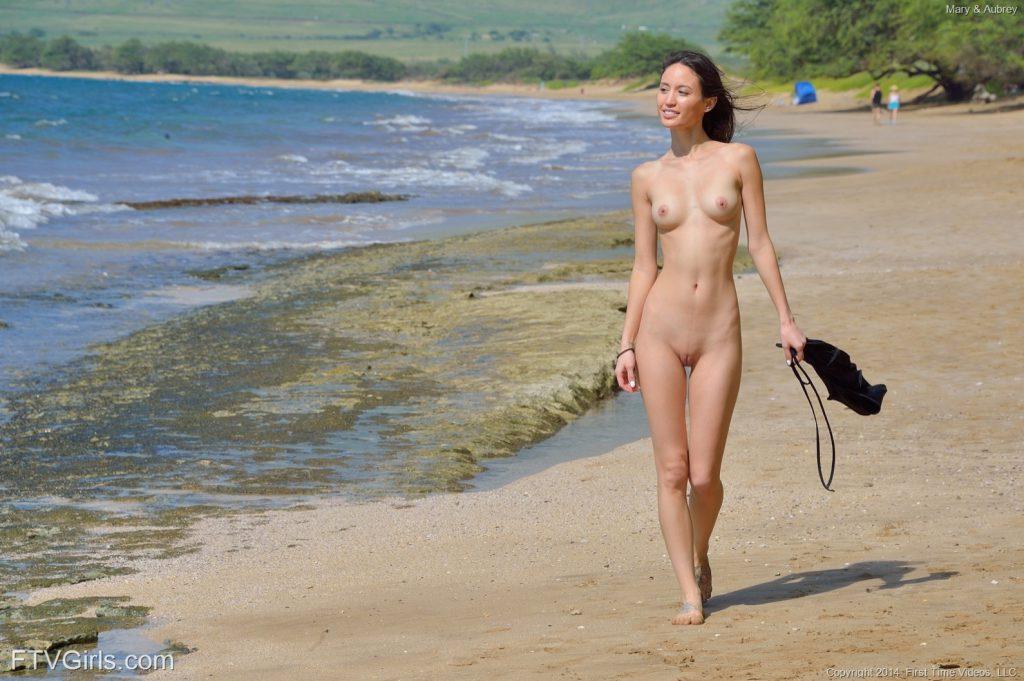 Девушка на море голая, секс очень старых с очень молодыми