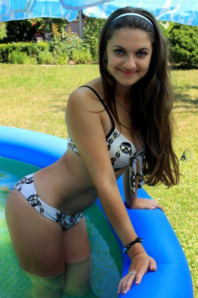 Горячие девушки в купальниках