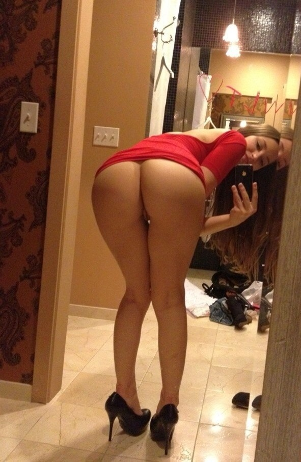 Hot girl bent over nude selfie