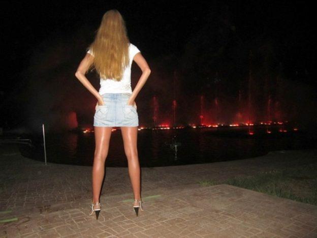 Девушка в короткой юбке с разрезом искал